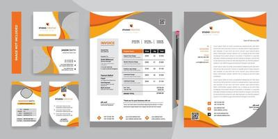 conjunto de design de modelo de papelaria corporativa de curva laranja e cinza
