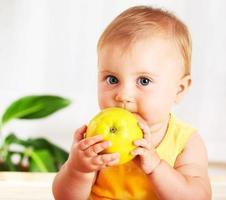 pequeño bebé comiendo manzana