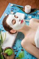 mujer con máscara de spa