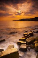 puesta de sol sobre la bahía de kimmeridge