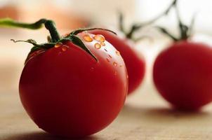 tomate avec des gouttes d'eau photo