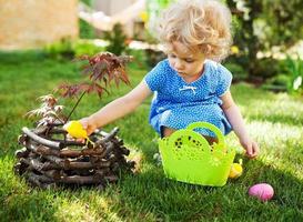 menina em uma caça aos ovos de Páscoa