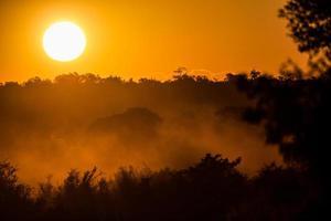 hermosa puesta de sol africana foto