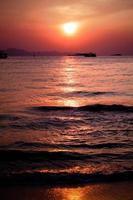 Puesta de sol en barco en Tailandia. foto