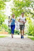 pareja corriendo en el parque foto