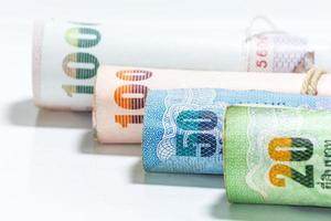 Billetes de dinero tailandés sobre fondo blanco. foto
