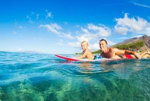 padre e hijo surfeando foto