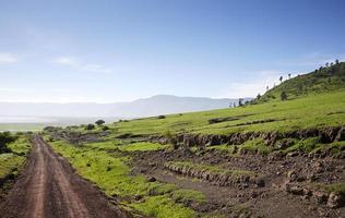 camino en el cráter del ngorongoro.