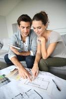 pareja mirando el plan de la casa
