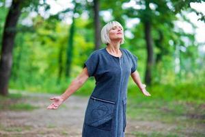 mujer atractiva respirando y relajándose foto