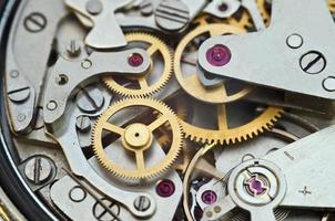 ruedas dentadas de metal en un reloj, concepto de trabajo en equipo foto