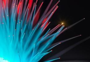 Fibras ópticas dinámicas volando desde lo profundo de la tecnología