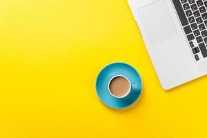 xícara de café e computador portátil