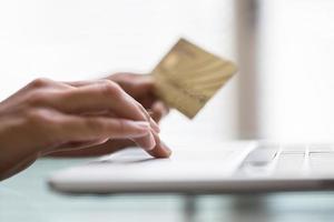 Mujer de compras usando la computadora para el comercio electrónico en interiores foto