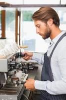 guapo barista haciendo una taza de café