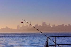 Skyline de São Francisco nevoeiro com vara de pescar na Califórnia