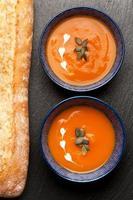 Sopa de calabaza en tazones. vista superior foto