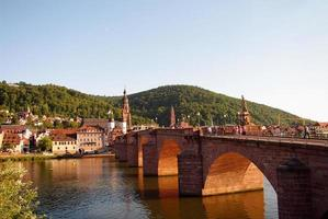 Heidelberger viejo puente y neckar en verano foto