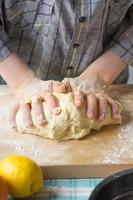 las manos del niño hacen la masa