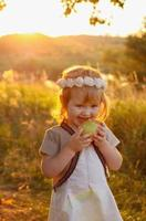 niña mordiendo una manzana foto