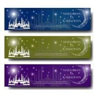 banner de saludo de Ramadán con luna y mezquita vector