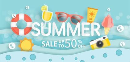 bannière de vente d'été avec des éléments d'été dans l'eau