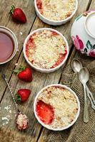 Mit Erdbeeren und Müsli zerbröckeln