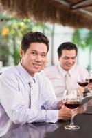uomo d'affari al bar