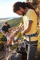 preparándose para una sesión de escalada épica