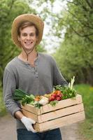 concepto ecológico para agricultores en huerto con cosecha foto