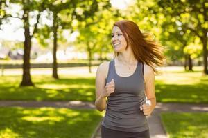 Retrato de una bella pelirroja corriendo