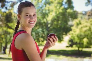 Fit mujer sosteniendo la bolsa de comestibles saludables foto