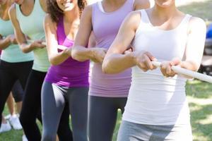 Grupo de fitness jugando tira y afloja