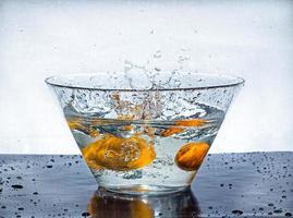 naranja salpica agua foto