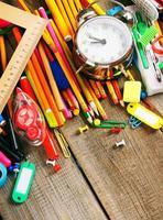 herramientas escolares sobre fondo de madera