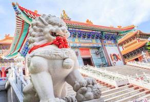 guardián del león en la entrada al templo de estilo chino tradicional