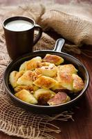 Pools gefrituurde dumplings gemaakt met aardappelen en schapenkaas