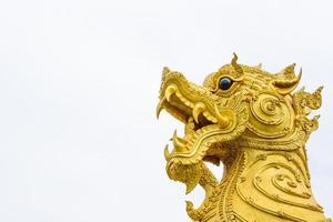 antigua estatua de cabeza de león dorado