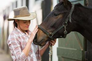 vaquera hablando con un caballo