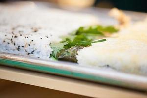 preparar comida asiática en el restaurante foto