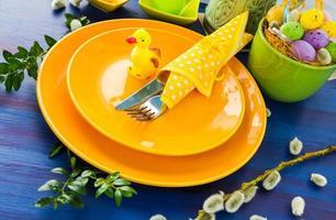 mesa de pascua configuración pato amarillo foto