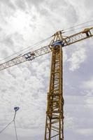 grúa amarilla en sitio de construcción foto