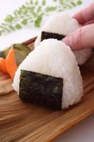 bola de arroz, onigiri foto