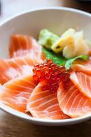 sashimi de salmón puesto en un tazón blanco