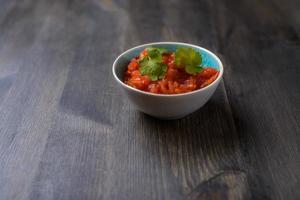 salsa salsa en mesa de madera foto