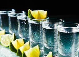 tequila e limão na mesa de vidro