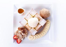 torrada com sorvete de baunilha e chantilly, mel