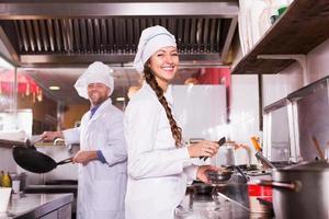 cocineros saludando a los clientes en el bistró foto