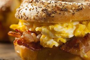 abundante sándwich de desayuno en un bagel