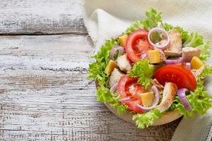 Salad with chicken, tomato, onion and cheese